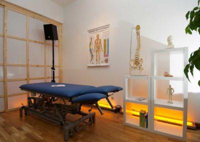 Physiotherapie Aigen - Behandlungsraum mit vielseitig verstellbaren Liege